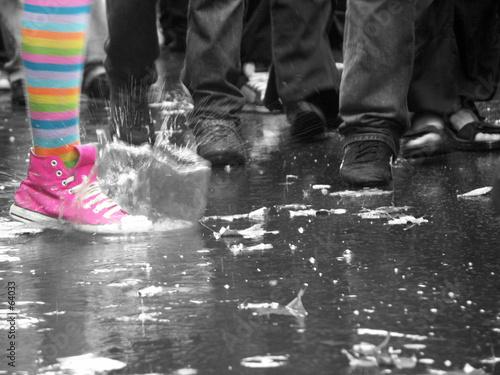 Fotomural bonheur éclabousse la foule sous la pluie