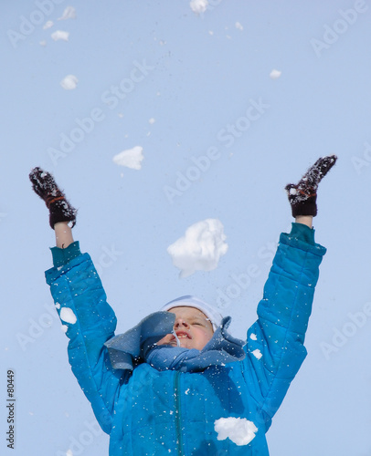 Photo young girl playing with snow