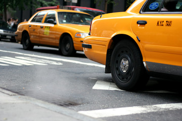 new york (nyc) taxi passiert dampfenden gulli