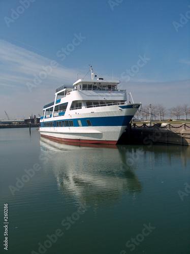 Fotografie, Obraz cruise ship docked on cuyahoga river