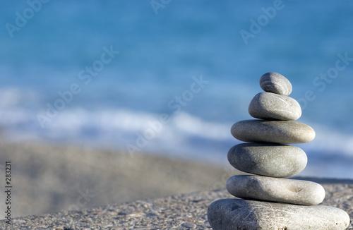 Fotografía  pebbles on the blue sea