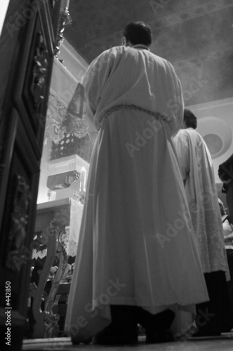 monaguillo en misa católica en exaltación de la fe Wallpaper Mural