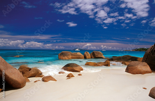 Foto-Leinwand - boulders in the sand