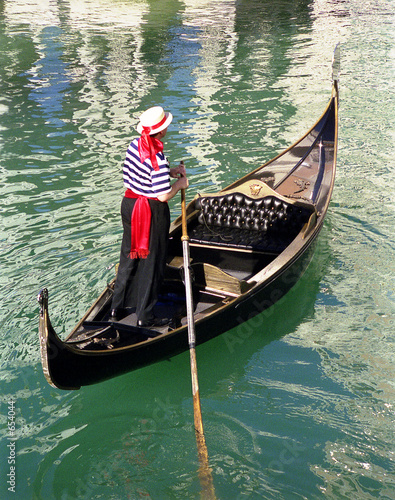 Cadres-photo bureau Gondoles gondola and gondolier on the water
