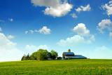 Domek farmerski i stodoła na horyzoncie