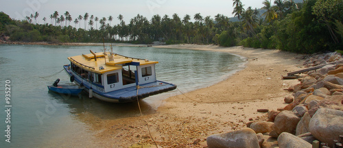 Foto auf Acrylglas Tropical strand boat under repair
