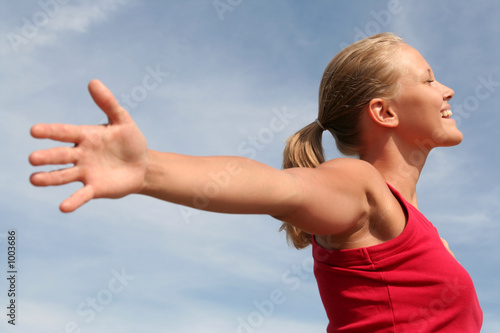 Foto  happy young woman with arms outstretched