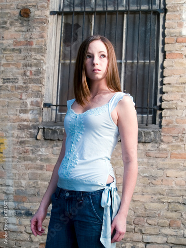 Photo women-fashion-casual-young_brunette_alleyway