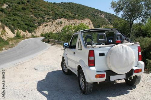 maly-bialy-jeep-na-wyspie