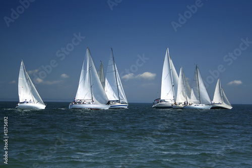 La pose en embrasure Nautique motorise start of a sailing regatta