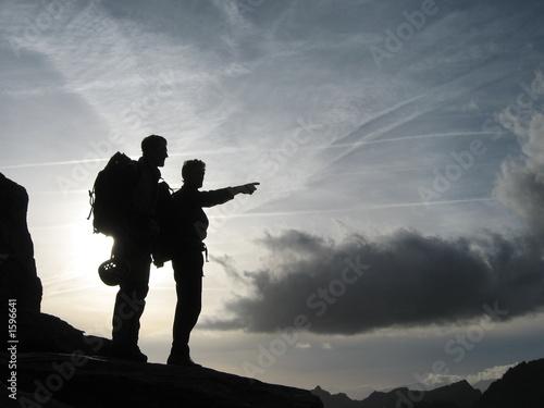 La pose en embrasure Alpinisme alpinistes au coucher/lever du soleil
