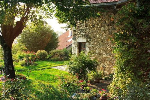 Photo  maison en pierres dans le parc de la chartreuse