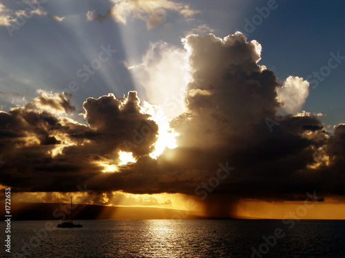 Foto-Leinwand - dramatic tropical sunset, sun rays with rain  (von Mariusz Blach)
