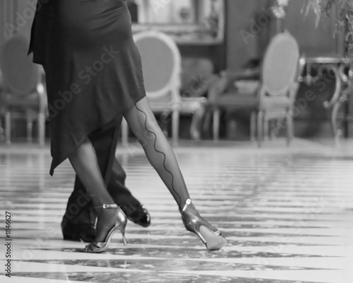 Photo  couple dancing tango at a hotel lobby