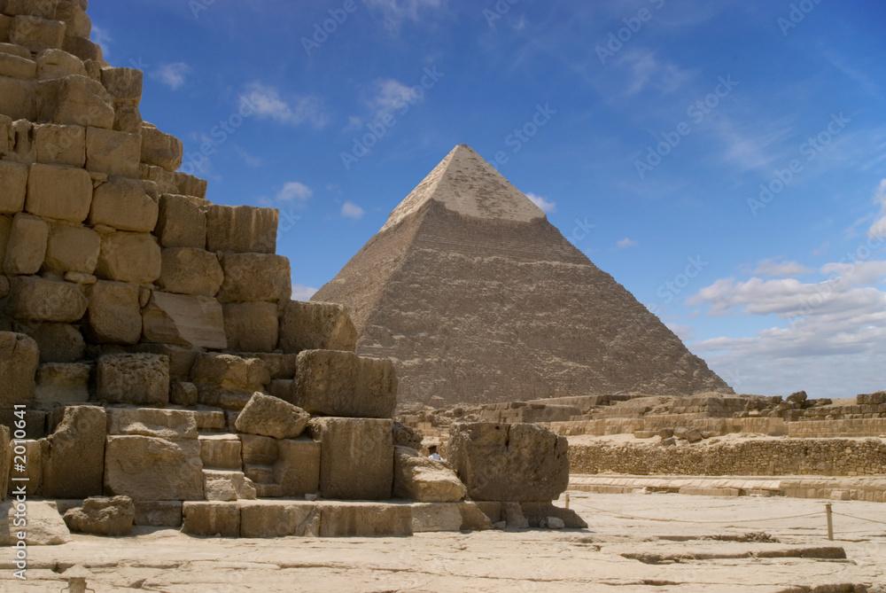 Leinwandbild Motiv - Windowseat : pyramid under a blue sky