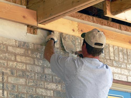 Fotografia, Obraz  mason lays brick