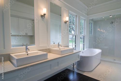Fotografía  white bathroom with double sinks