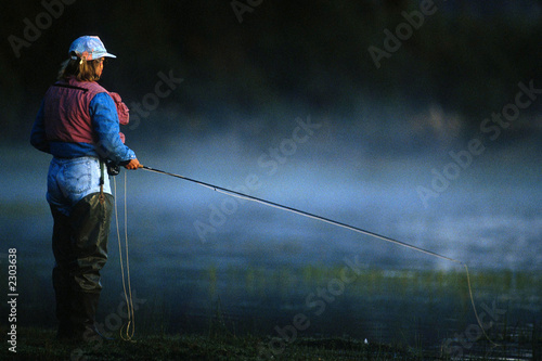 Tuinposter Vissen fly fishing woman 01