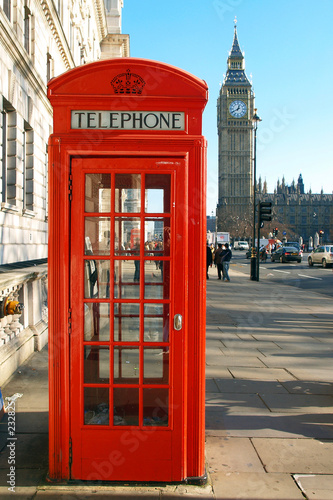 Poster Rouge, noir, blanc a red telephone booth