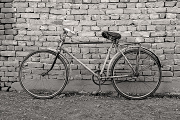 Panel Szklany Podświetlane Rower old bicycle leaning against a wall