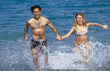 coppia corre in mare