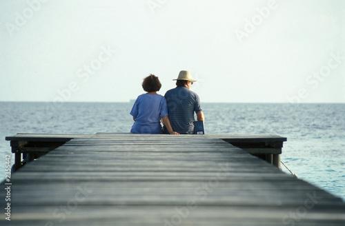 Fotografia coppia seduta sul molo