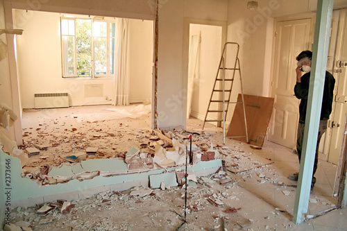 Photo jeune homme et travaux en appartement