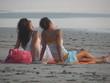 canvas print picture - maedchen chillen am strand