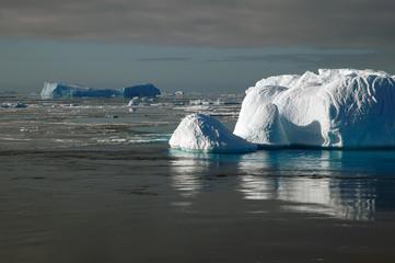 Fototapeta Romantyczny antarctic iceberg in sunlight