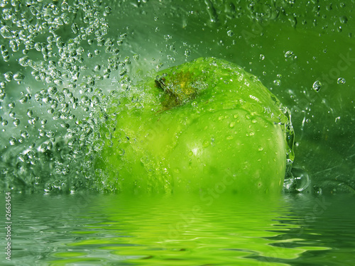 zielone-jablko-wpadajace-do-wody