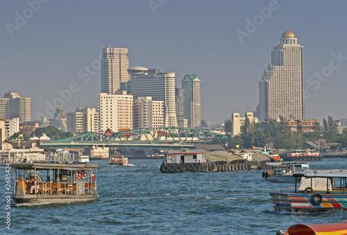 In de dag Bangkok chao praya river in bangkok