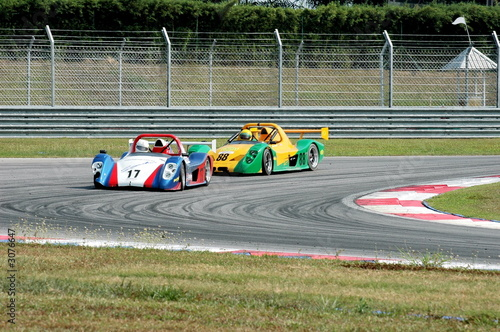 Poster Voitures rapides racing cars at a track