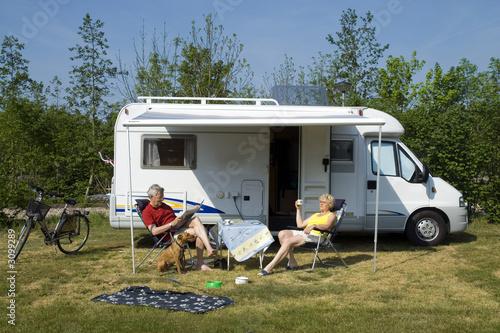 In de dag Kamperen an elderly couple with camper