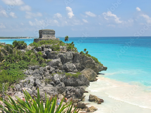 Photo sur Aluminium Mexique tropical carabian beach with a maya temple of a top of a rock cl