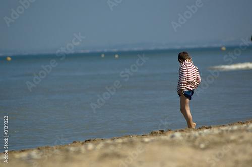 Fotografie, Obraz  garçon au bord de l'eau