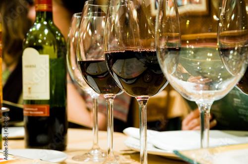 Papiers peints Vin glasses of wine in restaruant