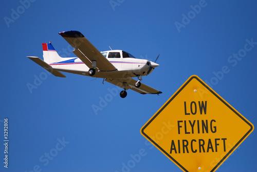 Valokuva  low flying airplane