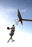 Koszykarz podczas robienia wsadu