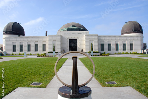 Photo Newly renovated Griffith Observatory with sun dial in foreground