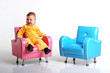 canvas print picture - kindermöbel, hübsches mädchen auf einem sessel