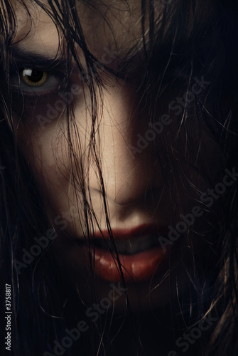 Photo  Close-up portrait of woman-witch with wet hairs