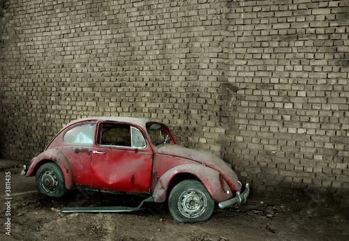 Papiers peints Rouge, noir, blanc Grunge car in front of a brick wall with copy space