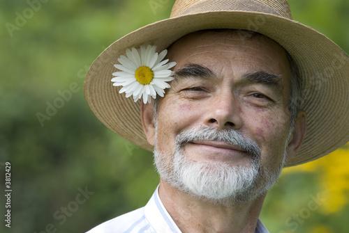 Plakat starszy z ox-eye daisy uśmiechając się
