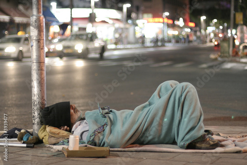 Photo male homeless sleeping in a street