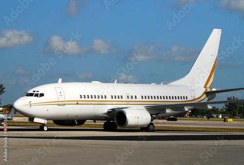Papel de parede  Modern passenger airplane awaiting flight on a runway