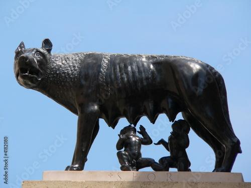 Photo  Louve allaitant Rémus et Romulus