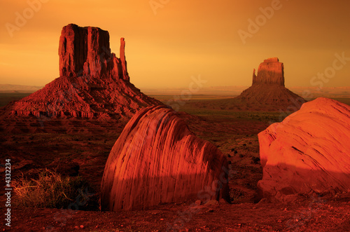 In de dag Bruin Sunrise at Monument valley