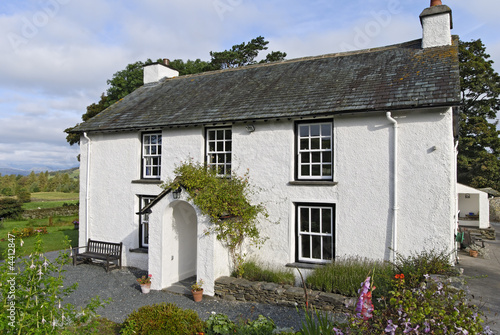 Photo  Whitewashed country cottage