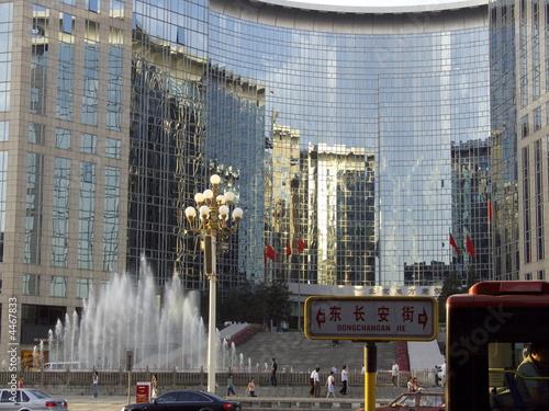 Garden Poster Milan Immeubles de verre, jets d'eau et lampadaire, Chine