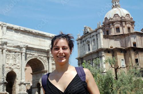 Valokuva  Femme devant l'Arc de Septime Sévère